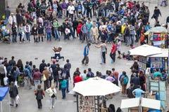 Gatakonstnärer och folkmassa i Santiago de Chile Royaltyfri Foto