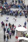 Gatakonstnärer och folkmassa i Santiago de Chile Royaltyfri Fotografi
