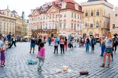 Gatakonstnärer på den gamla stadfyrkanten i Prague, tjeck Royaltyfri Foto