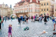 Gatakonstnärer på den gamla stadfyrkanten i Prague, tjeck Royaltyfri Bild
