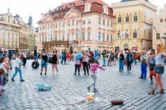 Gatakonstnärer på den gamla stadfyrkanten i Prague, tjeck Fotografering för Bildbyråer