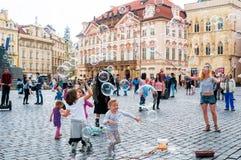 Gatakonstnärer på den gamla stadfyrkanten i Prague, tjeck Arkivfoto