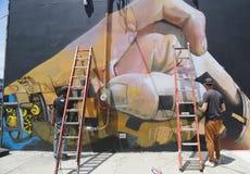 Gatakonstnärer som målar väggmålningen på Williamsburg i Brooklyn Royaltyfria Foton