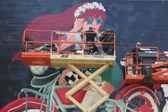 Gatakonstnärer som målar väggmålningen på Williamsburg i Brooklyn Royaltyfri Foto