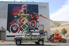 Gatakonstnärer som målar väggmålningen på Williamsburg i Brooklyn Arkivbilder