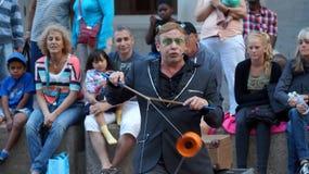 Gatakonstnärer utför framme av åhörarna på en gata i i stadens centrum Ottawa royaltyfri fotografi