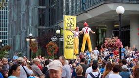 Gatakonstnärer utför framme av åhörarna på en gata i i stadens centrum Ottawa royaltyfria bilder