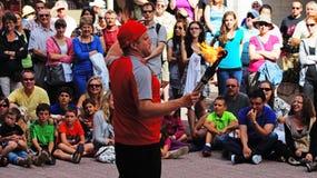 Gatakonstnärer utför framme av åhörarna på en gata i i stadens centrum Ottawa royaltyfri foto