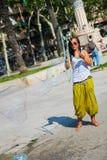 Gatakonstnären gör stora såpbubblor Royaltyfria Foton