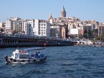 Gatala桥梁,从一条小船的看法,在伊斯坦布尔 库存照片