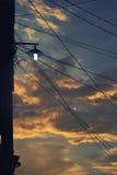 Gatalampa med solnedgånghimmel Royaltyfri Fotografi