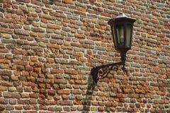 Gatalampa på den gamla tegelstenväggen Royaltyfria Bilder