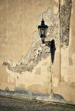 Gatalampa på den gamla väggen Arkivbilder