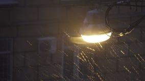 Gatalampa på natten under en snöstorm arkivfilmer