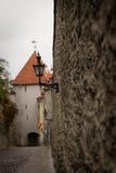 Gatalampa på väggen av den gamla staden i Tallinn 001 Fotografering för Bildbyråer