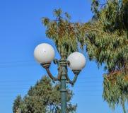 Gatalampor framme av den blåa himlen royaltyfria foton