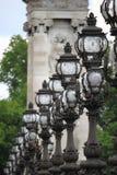 Gatalampor i den Alexandre III bron i Paris Royaltyfri Bild