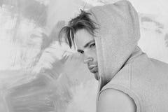 Gataliv och manlighetbegrepp Grabben bär den sleeveless hoodien på färgrik bakgrund royaltyfria bilder