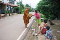 Gataliv på September 09, 2016 folket ger allmosa till ett klibbigt ris för buddistisk munk Royaltyfria Bilder