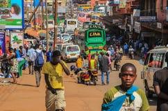 Gatalivet av Uganda huvudstad Folkmassa av folk på gatorna och den tunga trafiken arkivbild