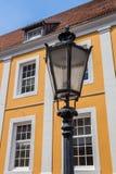 Gataljus framme av gammal byggnad i Lingen Royaltyfri Foto