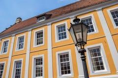 Gataljus framme av gammal byggnad i Lingen Arkivfoton