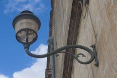Gataljus i den gamla italienska staden royaltyfri foto