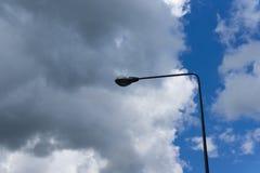 Gataljus med blå himmel och molnigt Arkivbilder