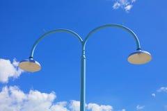Gataljus mot bakgrund för blåa himlar Arkivfoton
