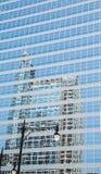 Gataljus och reflexion i blått Glass torn Royaltyfria Foton