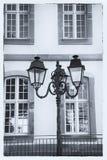 Gatalykta och stora fönster colmar france arkivfoton