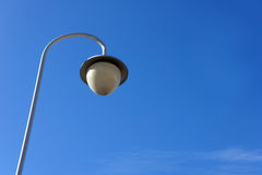 Gatalyktstolpe mot den blåa himlen Royaltyfria Foton