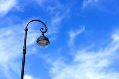 Gatalyktstolpe mot den blåa himlen Royaltyfria Bilder