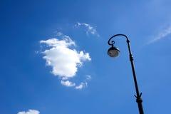 Gatalyktstolpe mot den blåa himlen Royaltyfri Fotografi