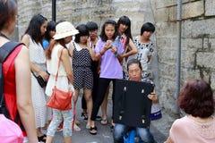 Gatamålare som försiktigt arbetar royaltyfria foton