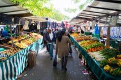Gatamarknad i Belleville, Paris, Frankrike Arkivbild