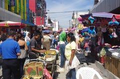 Gatamarknad i San Salvador Arkivfoto