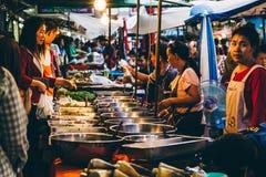 Gatamarknad i Thailand arkivbilder