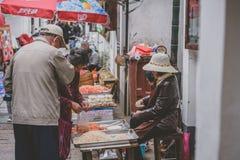 Gatamarknad i Zhujiajiao den forntida staden, Kina royaltyfria bilder