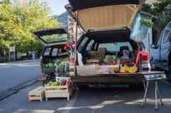 Gatamarknad med bilstammar i Kotor, Montenegro royaltyfria foton
