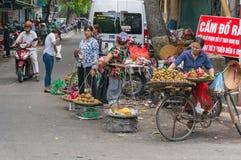 Gatamarknad med pr för sälja för gatuförsäljare, för gatuförsäljare och för bönder ny royaltyfria bilder