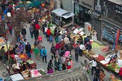 Gatamarknad nära stadsväggen Xian Fotografering för Bildbyråer