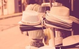Gatamarknad som säljer hattar arkivbild