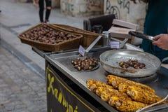 Gatamat Grillade majs och kastanjer, Ermou gataAten, Grekland royaltyfri fotografi