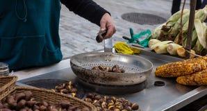 Gatamat Grillade majs och kastanjer, Ermou gataAten, Grekland royaltyfri foto