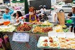 Gatamat i Bangkok, Thailand Arkivbild