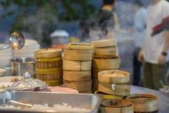 Gatamat i Luang Prabang, Laos Läcker mat stannar sälja ångad bambudisk för klibbiga ris till turist- asiatisk kokkonst, royaltyfria bilder