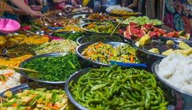 Gatamat i Luang Prabang, Laos Läcker mat stannar sälja färgrik grönsakdisk till turist- asiatisk kokkonst, smaklig mat, royaltyfria bilder