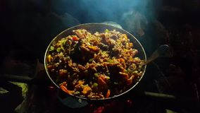 Gatamat Mat som lagas mat på insatsen lager videofilmer