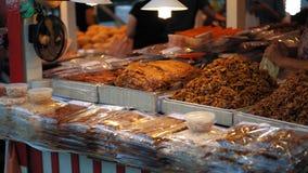 Gatamat på den asiatiska nattmarknaden Den traditionella thailändska disken säljs i aftonen lager videofilmer